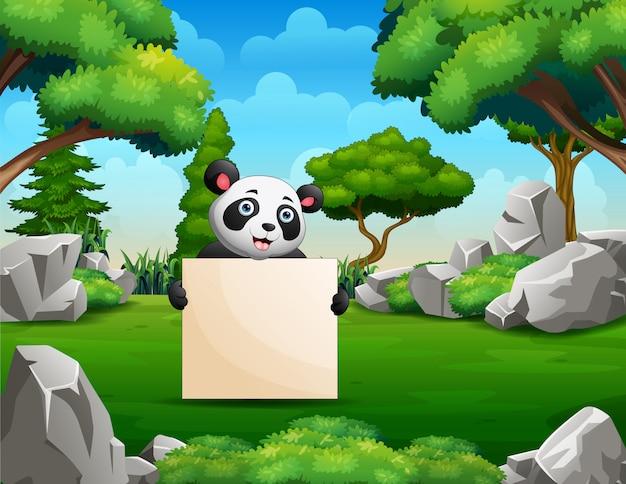 Panda hält ein leeres schild im park