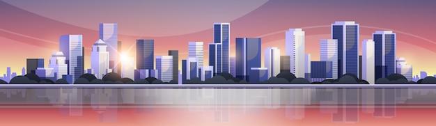 Panoramablicksonnenuntergang des großen modernen stadtgebäudewolkenkratzers
