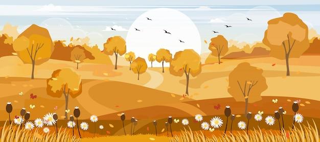 Panoramalandschaften des herbstbauernhoffeldes mit den ahornblättern, die von den bäumen fallen