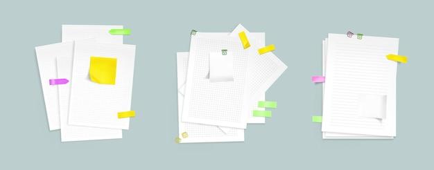 Papierblattstapel mit haftnotizen und clips.