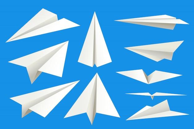 Papierflieger auf blau