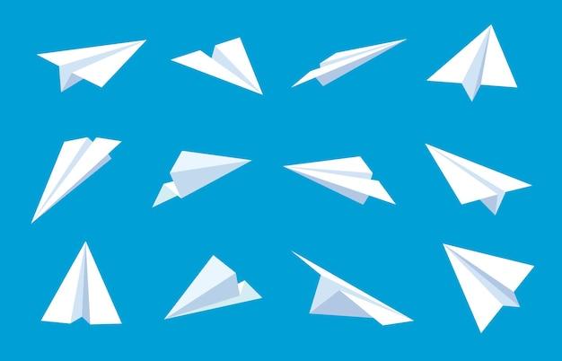 Papierflieger. fliegende flugzeuge im blauen himmel, weiße papierflugzeuge aus verschiedenen richtungen, nachrichten oder reisende flache vektorsymbole. papierflugzeug im blauen himmel, blatt-origami-flugzeugillustration