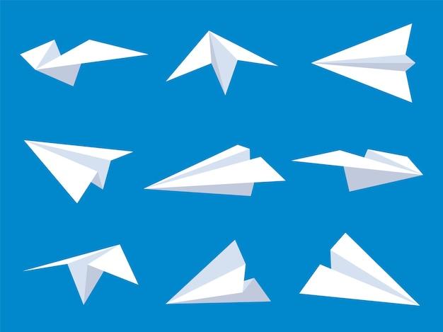 Papierflieger. weiße origami-papierflugzeuge aus verschiedenen winkeln im blauen himmel, fliegende einfache flugzeuge für logo-luftfahrt-design, flacher vektorsatz