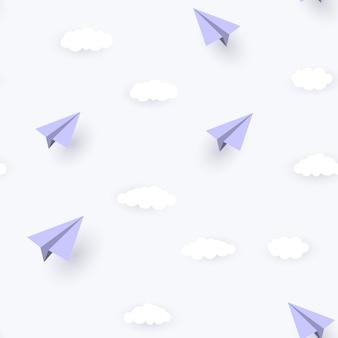 Papierflugzeug und wolken nahtloser musterhintergrund