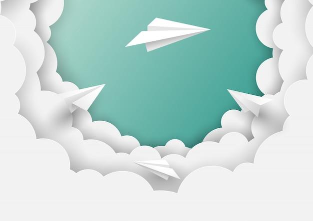 Papierflugzeuge, die auf hintergrund des blauen himmels fliegen
