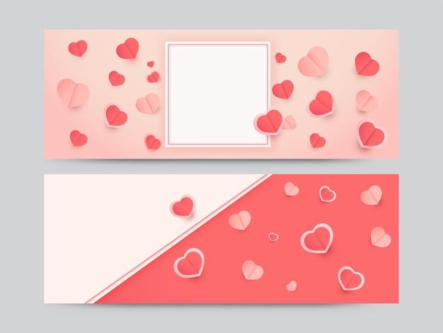 Papierherzen verziert auf rotem hintergrund mit platz für text in zwei optionen