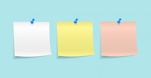 Papiernotizen mit einem knopf befestigt
