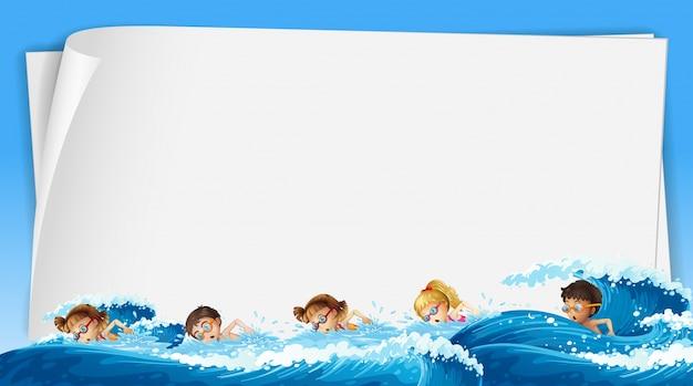 Papierschablone mit den kindern, die im ozean schwimmen