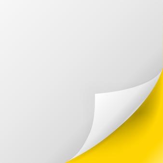 Papierseite. weiße papierseite mit der unteren rechten ecke, die auf gelbem hintergrund gekräuselt wird. grafische elementillustration des lockigen blattes