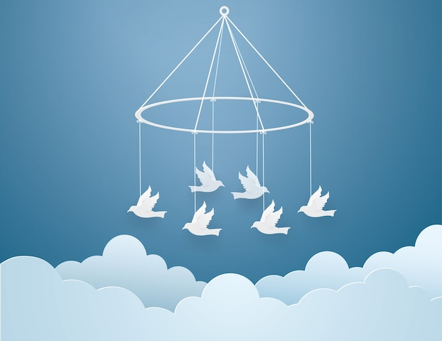 Papiervögel gebunden mit weißem seil auf dem himmel