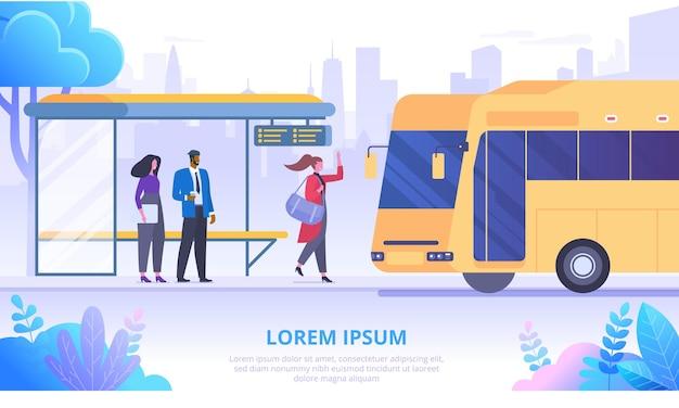 Passagiere an der flachen fahnenvektorschablone der bushaltestelle. pendler warten auf autobus-zeichentrickfiguren. städtische transportmittel. öffentliche verkehrsmittel auf wolkenkratzern hintergrund. stadtinfrastruktur