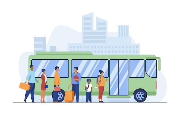 Passagiere warten auf bus in der stadt. warteschlange, stadt, straße flache vektorillustration. öffentliche verkehrsmittel und städtischer lebensstil