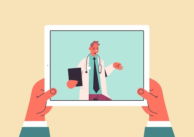 Patient diskutiert mit ärztin in tablet-bildschirm chat blase kommunikation online-beratung gesundheitswesen medizin medizinische beratung
