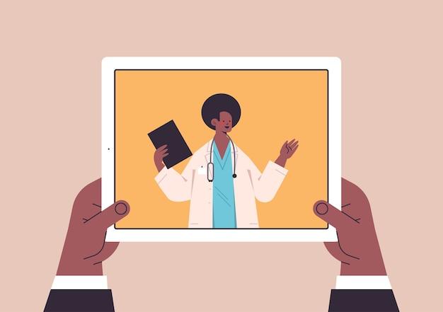 Patient diskutiert mit männlichem arzt in tablet-bildschirm chat blase kommunikation online-beratung gesundheitswesen medizin medizinische beratung
