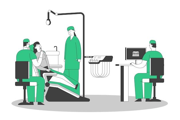 Patient in der zahnarztpraxis, junge frau, die auf dem medizinischen stuhl im stomatologie-kabinett sitzt, arzt, der röntgen des schlechten zahns auf pc beobachtet.
