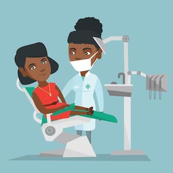 Patient und arzt im büro eines zahnarztes.
