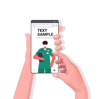 Patienten diskutieren mit arzt in maske auf dem smartphone-bildschirm online-medizinische beratung