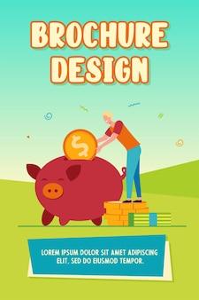 Person, die geld spart. glücklicher mann, der münzen zum sparschwein einführt. flache vektorillustration