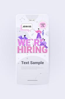 Personalmanager, die digitale gadgets verwenden, die wir einstellen, kommen sie zu uns stellenangebote offene rekrutierung humanressourcen arbeitslosigkeit