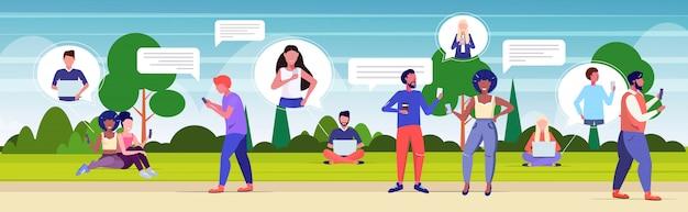 Personen, die chat-apps auf digitalen geräten verwenden
