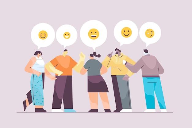 Personen, die in messenger- oder sozialen netzwerk-chatblasen-kommunikation online instant messaging oder informationsaustauschkonzept horizontale vektorillustration in voller länge chatten