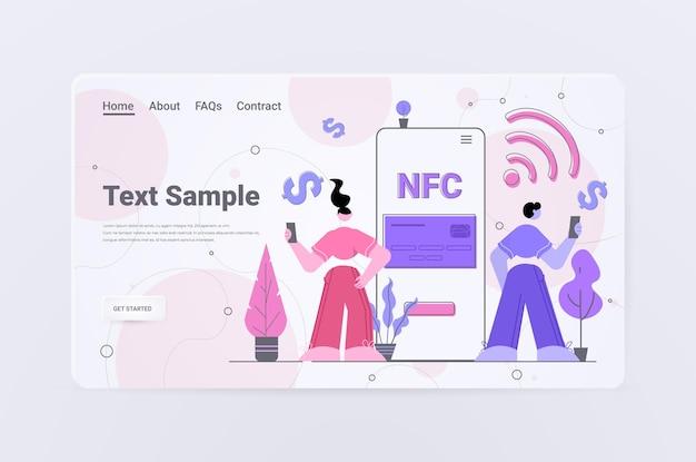 Personen mit zahlungsautomaten und mobiltelefon mit kreditkarte auf smartphones kontaktloses bezahlen erfolgreiche nfc-transaktion