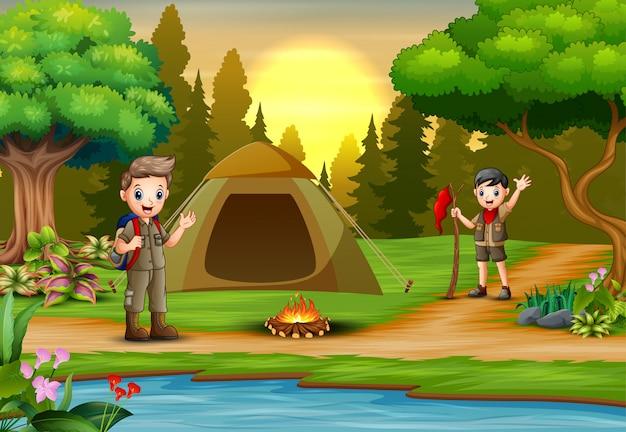 Pfadfinder auf dem campingplatz mit zelt und rucksack