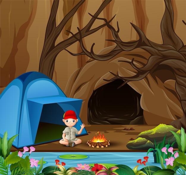 Pfadfinder, der am campingplatz sitzt