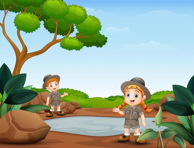 Pfadfinderjunge und -mädchen in der natur