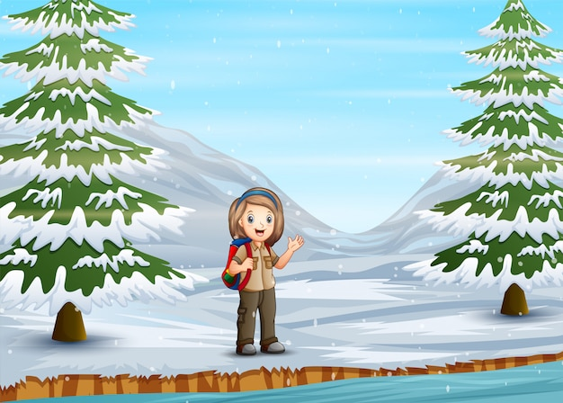 Pfadfindermädchen, das in der winterlandschaft erforscht