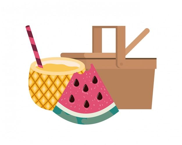 Picknickkorb mit ananascocktail auf weiß