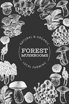 Pilz-vorlage. hand gezeichnete lebensmittelillustration auf kreidebrett. gravierter stil. verschiedene arten der weinlesepilze.