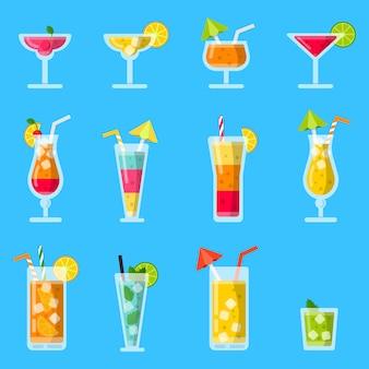 Pina colada, saft, mojito und andere verschiedene alkoholische sommercocktails