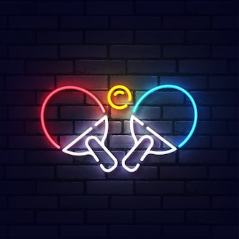 Ping pong leuchtreklame. leuchtendes neonlichtschild des tischtennis. zeichen von tischtennis mit bunten neonlichtern lokalisiert auf backsteinmauer.