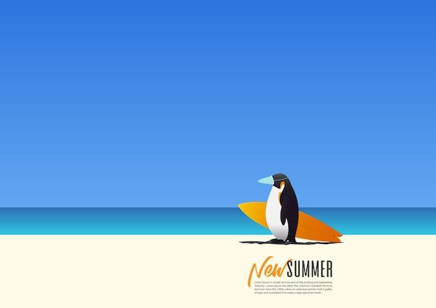 Pinguin, der eine maske für sicherheit trägt und surfbrett trägt, das am strand während neuer sommerferien geht. neue normalität für den urlaub nach coronavirus