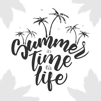 Pinsel schriftzug zusammensetzung des sommers ist zeit für das leben mit palmen auf weißem hintergrund