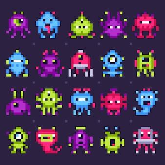 Pixel space monster. arcade-videospielroboter, lokalisierter satz der retro- spielinvasions-pixelkunst