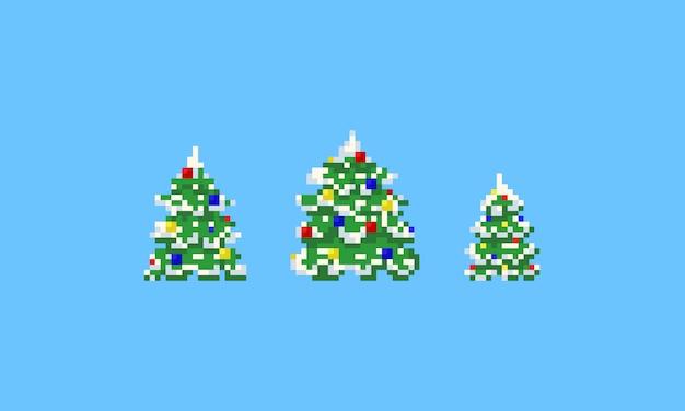 Pixel-weihnachtsbäume mit schnee und kugeln.
