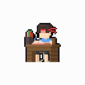 Pixelkunstjunge, der seine hausarbeit auf schreibtisch tut.