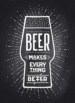 Plakat oder fahne mit text bier macht alles besser. schwarzweiss-kreidegrafikdesign auf kreidetafel. plakat für menü, bar, kneipe, restaurant, bierthema.