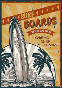 Plakatetikettendesign mit illustration des surfbretts, das am strand mit palmen und sonnenuntergang steht