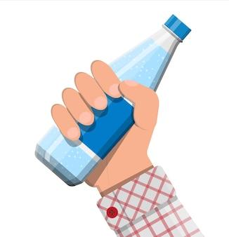 Plastikflasche mit frischem mineralwasser in der hand. kohlensäurehaltiges limonadengetränk.