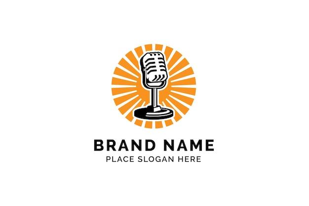 Podcast-logo-vorlage mic-mikrofon und sonnenaufgang illustration design für karaoke-podcast-logo