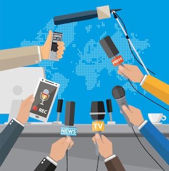 Podium, tribüne und hände von journalisten mit mikrofonen und digitalen diktiergeräten. pressekonferenzkonzept, nachrichten, medien, journalismus.