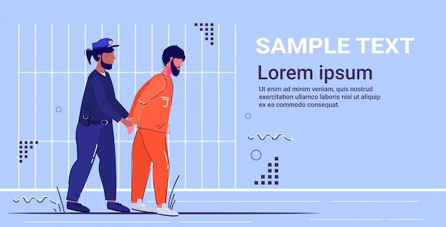 Polizist in uniform mit handschellen festgenommenen gefangenen im orangefarbenen anzug sicherheitsbehörde justiz rechtsdienst konzept gefängnis gefängnis bars