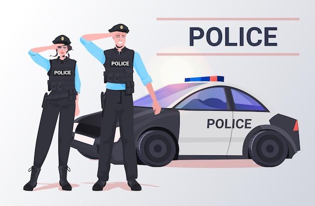 Polizisten in taktischer ausrüstung bereitschaftspolizist und polizistin stehen zusammen in der nähe von autoprotestierenden