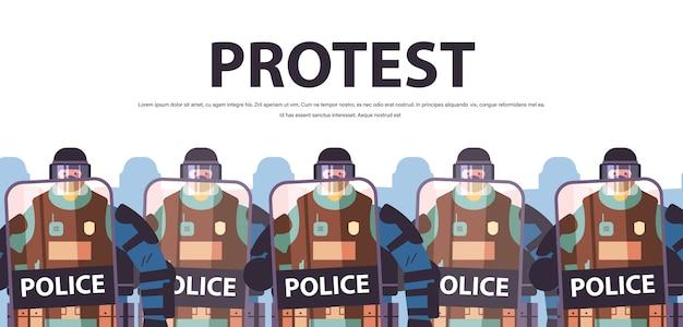 Polizisten mit schildern und schlagstöcken bereitschaftspolizisten stehen zusammen demonstranten demonstrationen kontrollieren konzept kopienraum