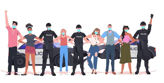 Pollice-offiziere mit mix-race-demonstranten in masken stehen zusammen coronavirus-quarantäne