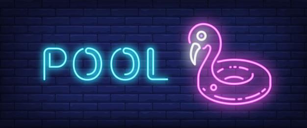 Pool-neon-text mit schwimmring