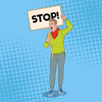 Pop art angry man protestiert auf dem streikposten mit leerem banner. streik- und protestkonzept. guy schreit auf demonstration.